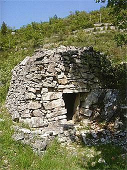 capitelle : abri et muret dans les Cévennes